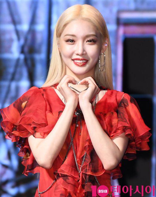 가수 청하가 24일 오후 서울 신수동 서강대학교 메리홀에서 열린 네 번째 미니앨범 '플러리싱(Flourishing)' 발매 기념 쇼케이스에 참석하고 있다.