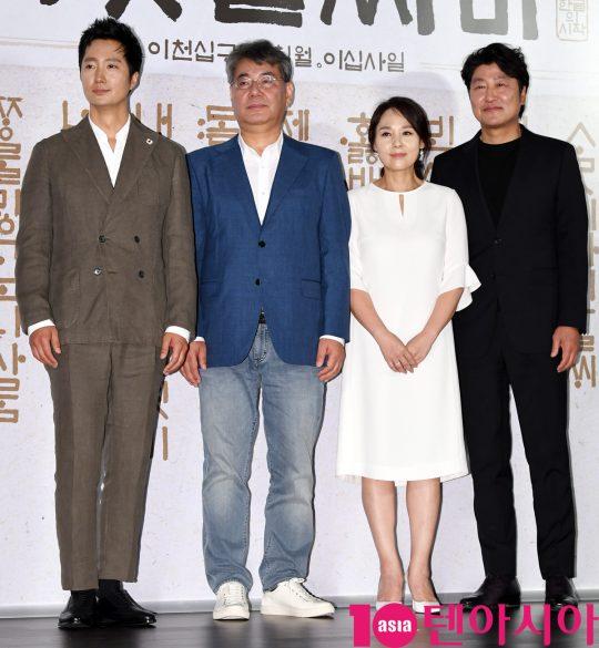 박해일,조철현 감독,전미선,송강호(왼쪽부터)가 25일 오전 서울 중구 을지로 메가박스 동대문에서 열린 영화 '나랏말싸미' 제작보고회에 참석하고 있다.