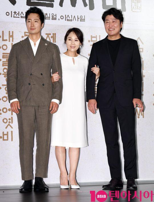 배우 박해일,전미선,송강호(왼쪽부터)가 25일 오전 서울 중구 을지로 메가박스 동대문에서 열린 영화 '나랏말싸미' 제작보고회에 참석하고 있다.
