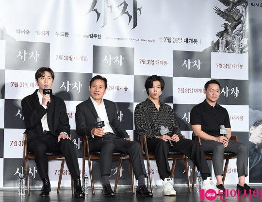배우 박서준(왼쪽부터), 안성기, 우도환, 김주환 감독이 영화 '사자'에 대한 이야기를 나누고 있다. /이승현 기자 lsh87@