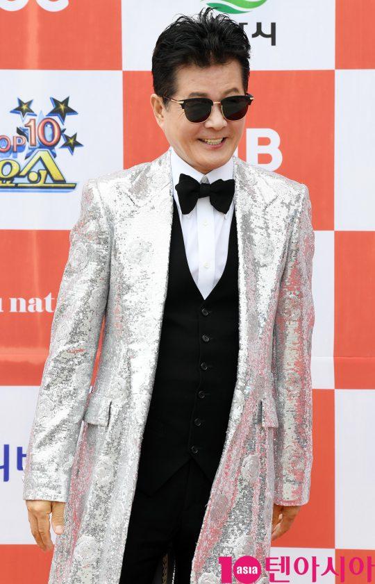 태진아가 26일 오전 전라북도 군산시 군산 예술의 전당 대극장에서 열린 JTV(전주방송) 음악 프로그램 '전국 TOP 10 가요쇼' 레드카펫 행사에 참석하고 있다.