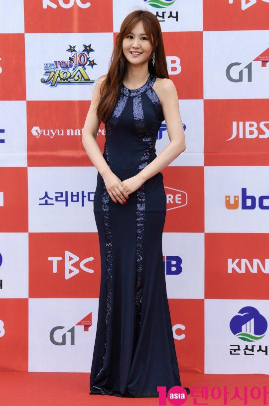 트로트가수 윤수현이 26일 오전 전라북도 군산시 군산 예술의 전당 대극장에서 열린 JTV(전주방송) 음악 프로그램 '전국 TOP 10 가요쇼' 레드카펫 행사에 참석하고 있다.