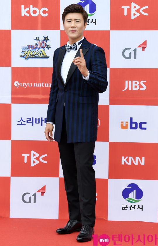 트로트가수 진해성이 26일 오전 전라북도 군산시 군산 예술의 전당 대극장에서 열린 JTV(전주방송) 음악 프로그램 '전국 TOP 10 가요쇼' 레드카펫 행사에 참석하고 있다.