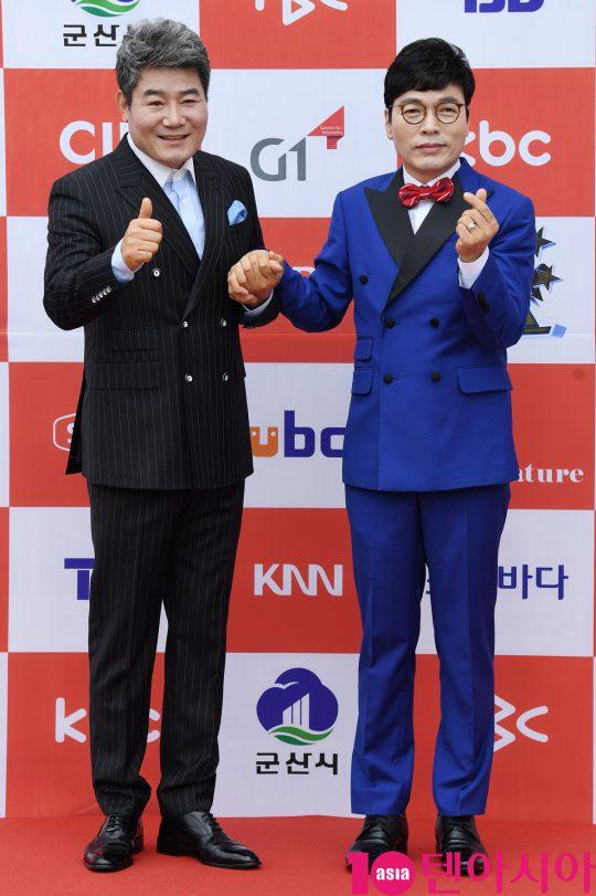 진성과 진현이 26일 오전 전라북도 군산시 군산 예술의 전당 대극장에서 열린 JTV(전주방송) 음악 프로그램 '전국 TOP 10 가요쇼' 레드카펫 행사에 참석하고 있다.