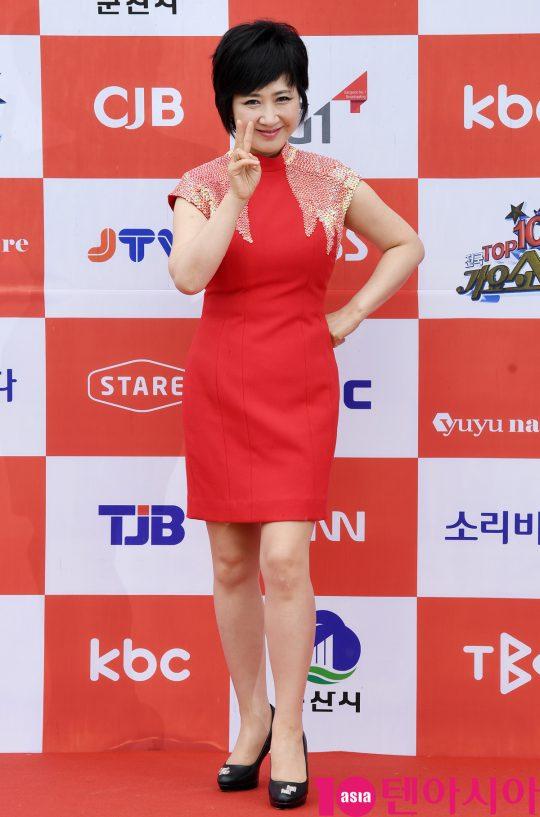 가수 정정아가 26일 오전 전라북도 군산시 군산 예술의 전당 대극장에서 열린 JTV(전주방송) 음악 프로그램 '전국 TOP 10 가요쇼' 레드카펫 행사에 참석하고 있다.