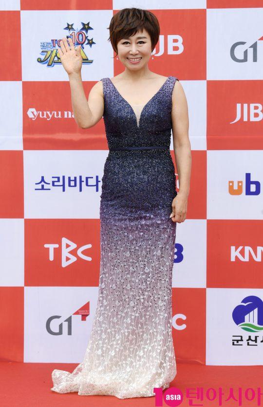 가수 임현정이 26일 오전 전라북도 군산시 군산 예술의 전당 대극장에서 열린 JTV(전주방송) 음악 프로그램 '전국 TOP 10 가요쇼' 레드카펫 행사에 참석하고 있다.