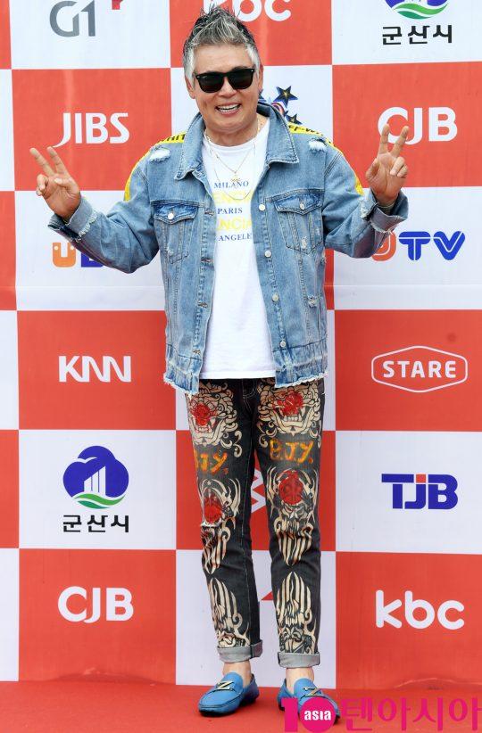 가수 이동준이 26일 오전 전라북도 군산시 군산 예술의 전당 대극장에서 열린 JTV(전주방송) 음악 프로그램 '전국 TOP 10 가요쇼' 레드카펫 행사에 참석하고 있다.