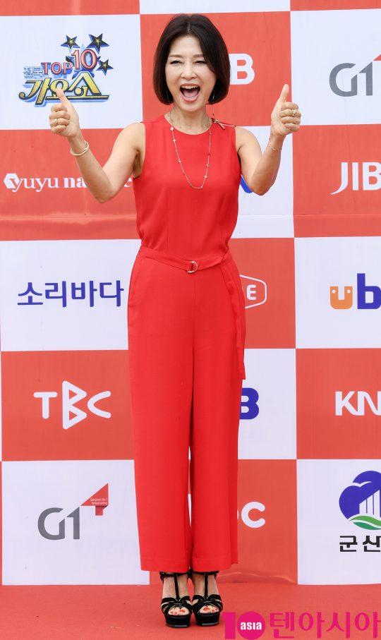 가수 임수정이 26일 오전 전라북도 군산시 군산 예술의 전당 대극장에서 열린 JTV(전주방송) 음악 프로그램 '전국 TOP 10 가요쇼' 레드카펫 행사에 참석하고 있다.