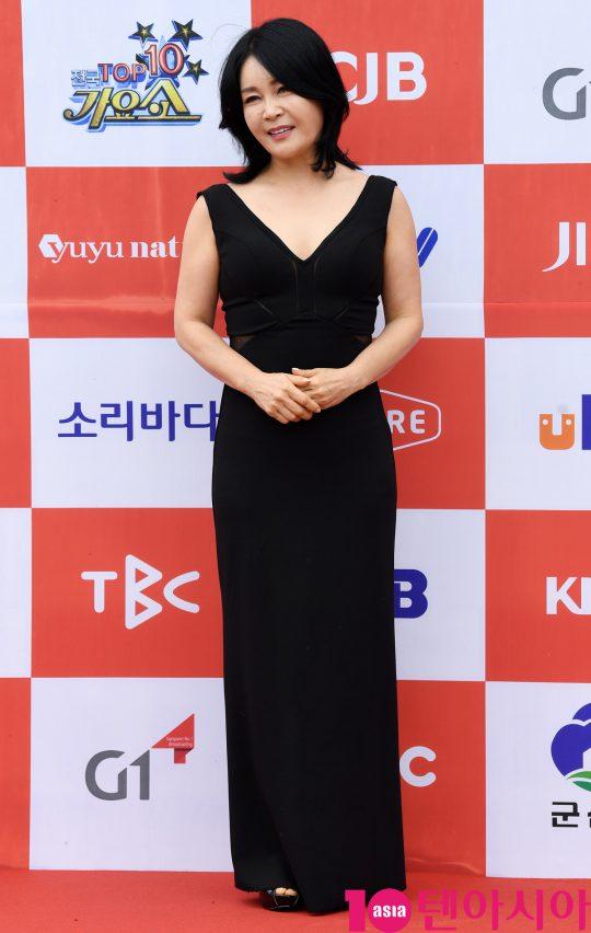 가수 우연이가 26일 오전 전라북도 군산시 군산 예술의 전당 대극장에서 열린 JTV(전주방송) 음악 프로그램 '전국 TOP 10 가요쇼' 레드카펫 행사에 참석하고 있다.