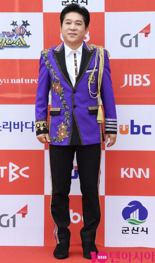 가수 박상철이 26일 오전 전라북도 군산시 군산 예술의 전당 대극장에서 열린 JTV(전주방송) 음악 프로그램 '전국 TOP 10 가요쇼' 레드카펫 행사에 참석하고 있다.
