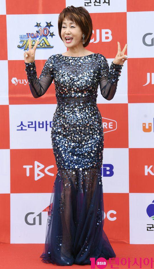 가수 이혜리가 26일 오전 전라북도 군산시 군산 예술의 전당 대극장에서 열린 JTV(전주방송) 음악 프로그램 '전국 TOP 10 가요쇼' 레드카펫 행사에 참석하고 있다.