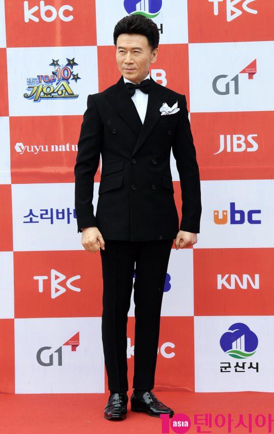 가수 강진이 26일 오전 전라북도 군산시 군산 예술의 전당 대극장에서 열린 JTV(전주방송) 음악 프로그램 '전국 TOP 10 가요쇼' 레드카펫 행사에 참석하고 있다.