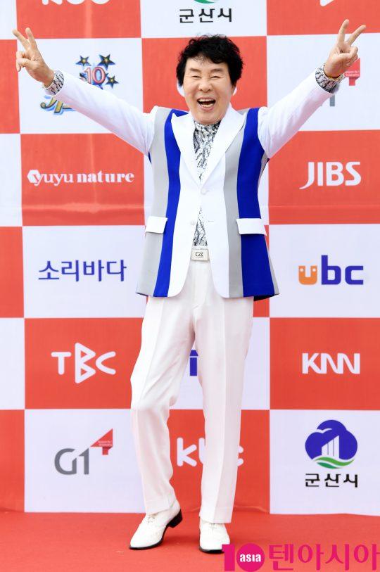 가수 송대관이 26일 오전 전라북도 군산시 군산 예술의 전당 대극장에서 열린 JTV(전주방송) 음악 프로그램 '전국 TOP 10 가요쇼' 레드카펫 행사에 참석하고 있다.