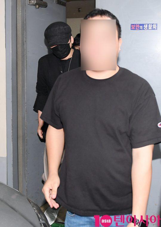외국인 투자자를 상대로 성 접대를 했다는 의혹을 받고 있는 양현석 전 YG엔터테인먼트 대표가 27일 새벽 서울지방경찰청 광역수사대에서 참고인 조사를 마치고 나오고 있다.