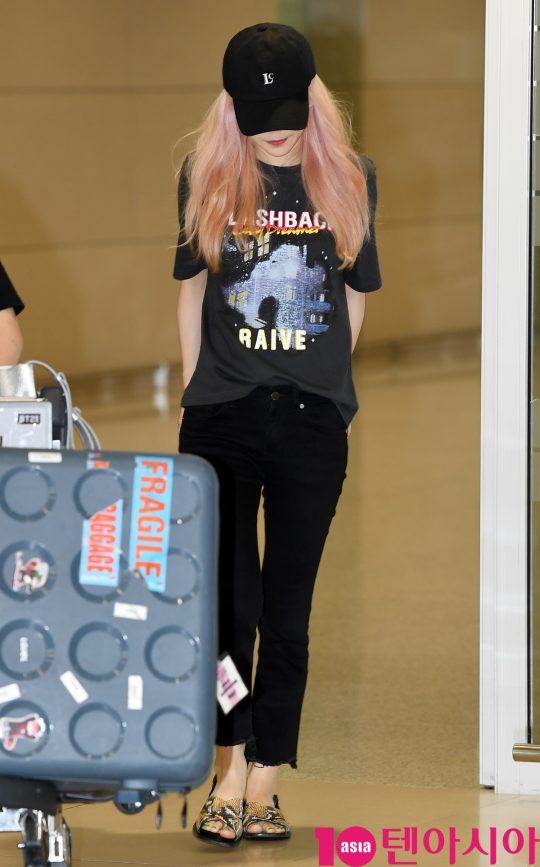 걸그룹 소녀시대 태연이 28일 오후 네덜란드 해외일정을 마치고 인천국제공항을 통해 입국하고 있다.