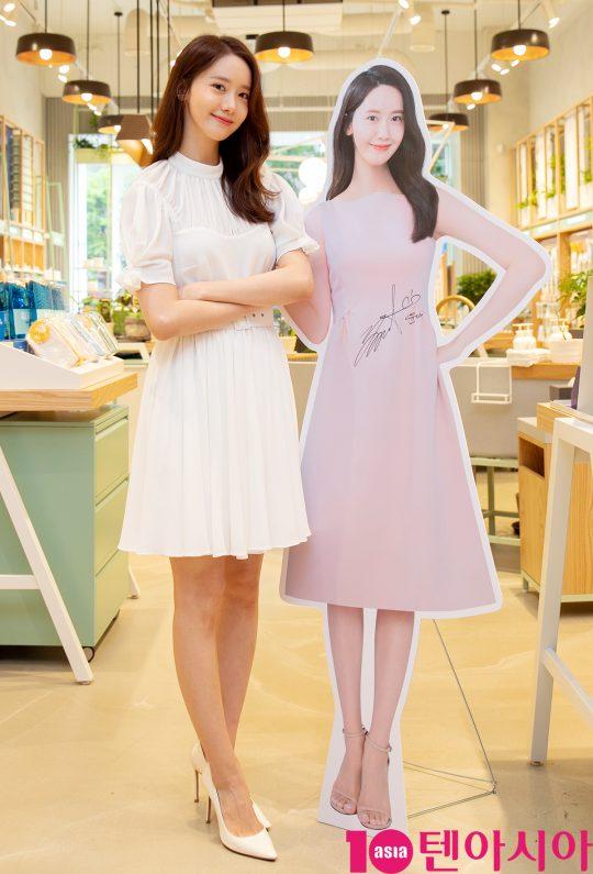 소녀시대 윤아가 28일 오전 서울 이니스프리 강남 플래그십 스토어에서 열린 리뉴얼 오픈 행사에 참석하고 있다.
