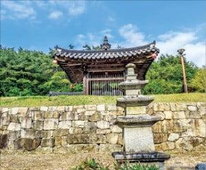 고즈넉한 사찰 천성사의 삼층석탑