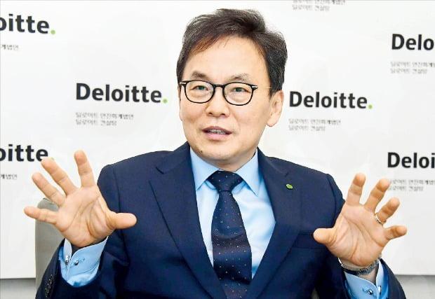 """송수영 한국 딜로이트컨설팅 신임 대표는 한국경제신문과의 인터뷰에서 """"한국은 지금 방황하고 있다""""며 """"'잃어버린 20년'을 겪은 일본의 전철을 밟을 수 있는 위기""""라고 말했다.   /김영우  기자  youngwoo@hankyung.com"""