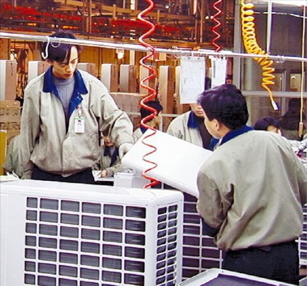 중국 톈진에 있는 LG전자 가전공장에서 근로자들이 에어컨을 조립하고 있다.  /LG전자 제공