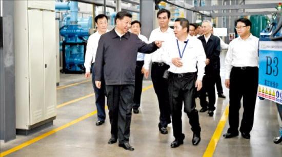 시진핑 중국 국가주석이 지난달 20일 장시성에 있는 희토류 생산설비를 둘러보고 있다. 한경DB