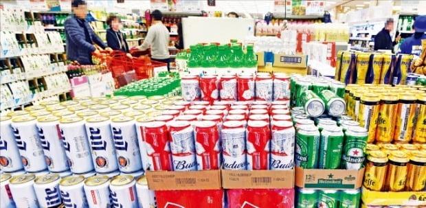 내년부터 맥주에 대한 세금 부과 방식이 종가세에서 종량세로 전환됨에 따라 국산 캔맥주에 붙는 세금이 크게 떨어진다. 시민들이 5일 서울의 한 대형마트 맥주 코너를 둘러보고 있다.  /허문찬 기자 sweat@hankyung.com