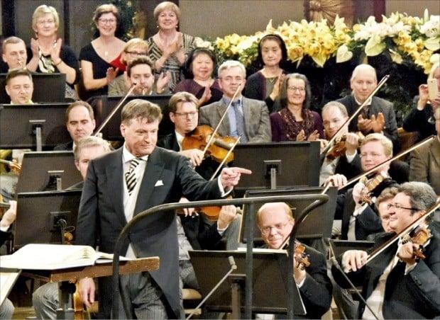 마에스트로 크리스티안 틸레만이 올해 오스트리아 빈 무지크페라인 골든홀에서 열린 신년음악회에서 빈 필하모닉 오케스트라를 지휘하고 있다. 틸레만은 오는 11월 빈필을 이끌고 내한한다.  /연합뉴스