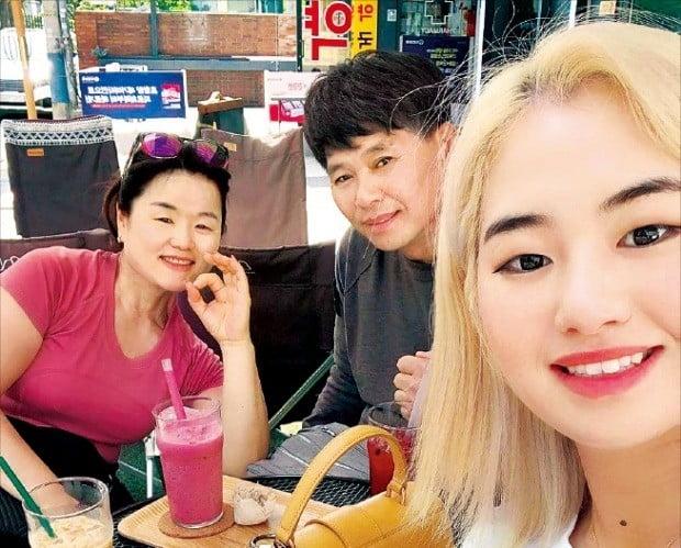 이정은이 아버지 이정호 씨, 어머니 주은진 씨와 한 카페에서 음료를 마시며 오붓한 시간을 보내고 있다. 이정은 인스타그램 캡처