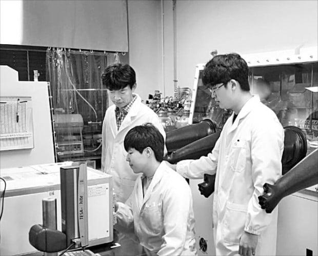 박수진 포스텍 화학과 교수 연구팀이 리튬이온전지의 충전 속도를 끌어올리는 실험을 하고 있다.