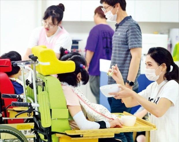 [김과장 & 이대리] 금투협회, 장애인시설 찾아 봉사활동