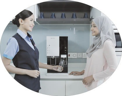 말레이시아 코디가 말레이시아 고객의 가정에서 정수기 관리에 대해 설명하고 있다. 웅진코웨이 제공