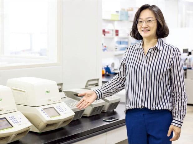 박희경 시선바이오머티리얼스 대표가 대전 관평동 본사에서 진단 제품을 설명하고 있다.  /시선바이오머티리얼스 제공