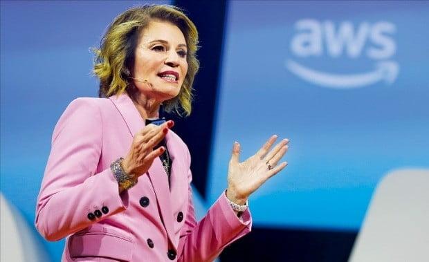 """테리사 칼슨 아마존웹서비스(AWS) 월드와이드 공공사업 부문 총괄부사장이 지난 10일 미국 워싱턴DC에서 열린 'AWS 공공부문 서밋 2019'에서 """"172개국 공공기관이 아마존 클라우드를 쓰고 있다""""고 말했다.  /AWS 제공"""