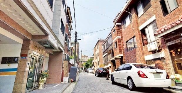 전세자금 대출이 늘면서 월세 시대가 저물고 있다. 사진은 서울 방배동 일대 주택가.  /한경DB
