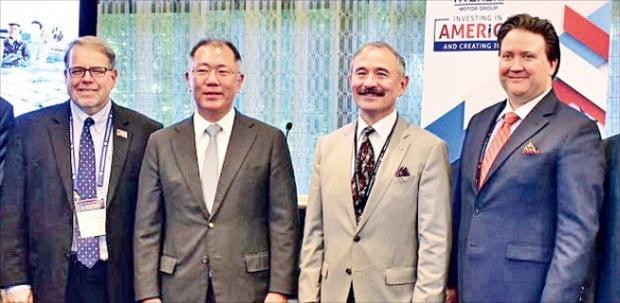 정의선 현대자동차그룹 수석부회장(왼쪽 두 번째)과 해리 해리스 주한 미국대사(세 번째)가 지난 11일 미국 워싱턴DC에서 열린 '셀렉트 USA 투자 서밋'에 참석해 기념촬영하고 있다.  /해리 해리스 주한 미국대사 트위터