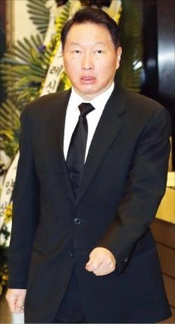 최태원 SK 회장이 13일 서울 신촌세브란스병원에 마련된 이희호 여사 빈소를 찾아 조문한 뒤 장례식장을 나서고 있다.  /연합뉴스