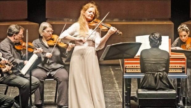바이올리니스트 레이첼 포저(가운데)가 비발디의 '사계'를 연주하고 있다.  /LG아트센터 제공