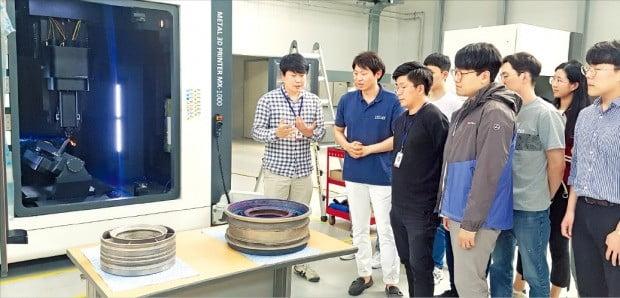 안승준 인스텍 연구팀장(왼쪽 첫 번째)과 연구원들이 12일 이 회사를 방문한 KAIST 건설 및 환경공학과 손훈 교수(두 번째)와 금속3D프린터를 활용한 프로젝트를 논의하고 있다.  /인스텍 제공