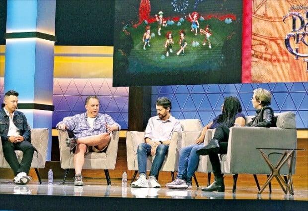 넷플릭스 관계자들이 12일(현지시간) 미국 로스앤젤레스 컨벤션센터에서 열리고 있는 세계 최대 게임전시회 'E3' 쇼케이스에서 게임사업 진출 계획을 발표한 뒤 토론하고 있다.  /연합뉴스