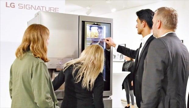 13일(현지시간) 노르웨이 오슬로에서 열린 'LG 시그니처' 출시 행사에서 참석자들이 최신 냉장고를 살펴보고 있다.  /LG전자 제공