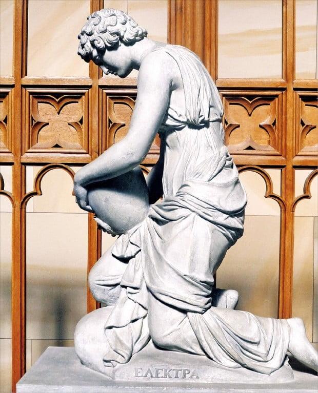 '유골함을 든 엘렉트라', 조각가 프리드리히 티크 작(1824년), 독일 베를린 쉰켈박물관 소장.