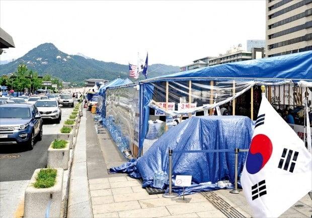대한애국당이 서울 광화문광장에 불법천막을 설치하고 한 달 넘게 점거 중이다. 이들은 2017년 3월 10일 박근혜 대통령 탄핵 반대 집회에 참가한 다섯 명이 경찰의 과잉진압으로 사망했다며 진상 조사를 요구하고 있다.  /김범준 기자 bjk07@hankyung.com