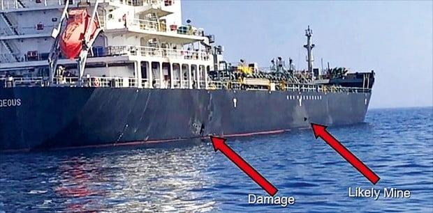 < 미군이 제시한 '증거 영상' > 미군에서 중동을 담당하는 중부사령부는 13일(현지시간) 오만만에서 발생한 일본 유조선 '고쿠카 커레이저스' 공격이 이란 혁명수비대 소행이라 지목하고 관련 영상과 사진을 공개했다. 영상엔 일본 유조선 선체 옆쪽이 일부 파손됐고(왼쪽 화살표), 기뢰(mine)로 추정되는 물체(오른쪽 화살표)가 붙어 있다.  /AFP연합뉴스