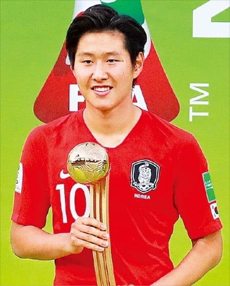 이강인이 16일(한국시간) 폴란드 우치 경기장에서 끝난 2019 국제축구연맹(FIFA) 20세 이하(U-20) 월드컵 결승전에서 대회 최우수선수(MVP)상 격인 골든볼을 수상했다. FIFA 주관 대회에서 한국 남자 선수가 골든볼을 받은 건 처음이다.   /연합뉴스