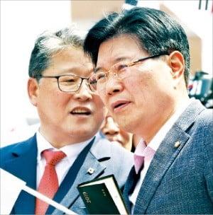 홍문종 자유한국당 의원(오른쪽)이 지난 15일 서울역 앞에서 열린 태극기 집회에 참석, 조원진 대한애국당 대표와 대화하고 있다.  /연합뉴스