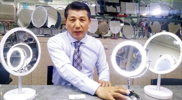 김영석 스타양행 대표가 스마트 LED 거울 '헤닝스' 제품을 설명하고 있다.