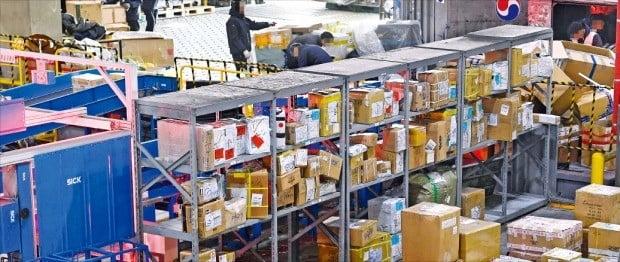 정부가 인천국제공항을 전자상거래 물류 허브로 키우겠다고 했지만 농림축산식품부의 검역 규제 때문에 배송 차질이 빚어져 글로벌 기업들이 한국을 떠날 조짐을 보이고 있다. 사진은 인천본부세관 특송물류센터.  /한경DB