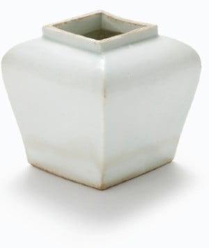 조선시대에 제작된 '백자이동궁명사각호'.
