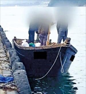 지난 15일 군경의 해상 경계를 피해 북방한계선(NLL)을 넘어 삼척항 내에 정박한 북한 어선. 선박은 해군이 인수해 보관 중이다.  /연합뉴스