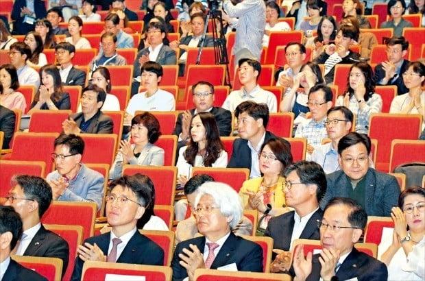 19일 대구에서 열린 '대구 스케일업 콘퍼런스 2019' 행사에서 청중들이 강연을 들으며 박수 치고 있다.  /김영우 기자   youngwoo@hankyung.com