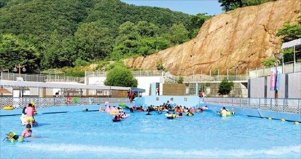 포천 신북온천 스프링쿨은 산속에서 파도풀을 즐길 수 있는 패밀리형 테마파크로 가족 단위의 관광객이 많은 곳이다.  경기도  제공